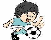 Rapaz a jogar futebol